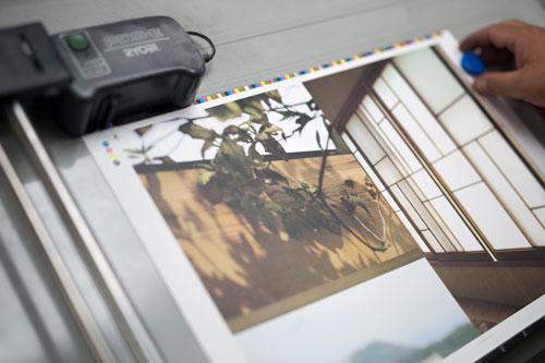 印刷濃度をコンピュータで計測しているところ